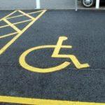 La colonnina che difende il parcheggio disabili
